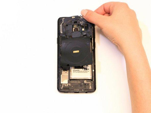 Entferne die NFC-Spuleneinheit.