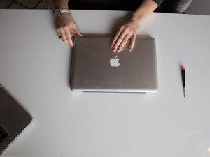 Extracción del disco duro de MacBool Pro