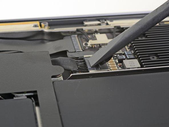 スパッジャーを使って、バッテリーコネクタの下に差し込み、ロジックボードと並行にスライドして、ロジックボード上のソケットからコネクタを外します。