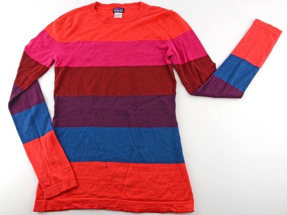 Ein Loch in einem gestrickten Kleidungsstück stopfen
