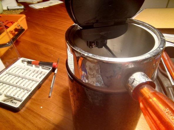 Um die innenliegenden Schrauben zu lösen am besten mit einem langen Schraubendreher durch den Ausguss ansetzen.