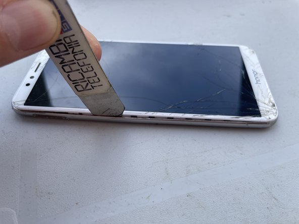 Utilizza isesamo oppure uno strumento sottile per sollevare la cover inferiore,fai attenzione al cavo collegato con la scheda madre per il sensore impronte digitali