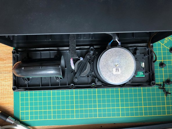 Nachdem die Abdeckplatte mit den Lautsprechern vorsichtig gelöst wurde kann man die Kabel von den Lautsprechern und dem Bedienfeld entfernen. Das Flachbandkabel steckt in einer Halterung, mit einer Pinzette vorsichtig die Schwarze Abdeckung hochklappen und das Kabel schräg herausziehen. Die Lautsprecherkabel sind mit Federn gesichert.