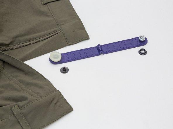 Die entsprechenden Druckknopfteile für den Untertritt an der Hose bereitlegen.