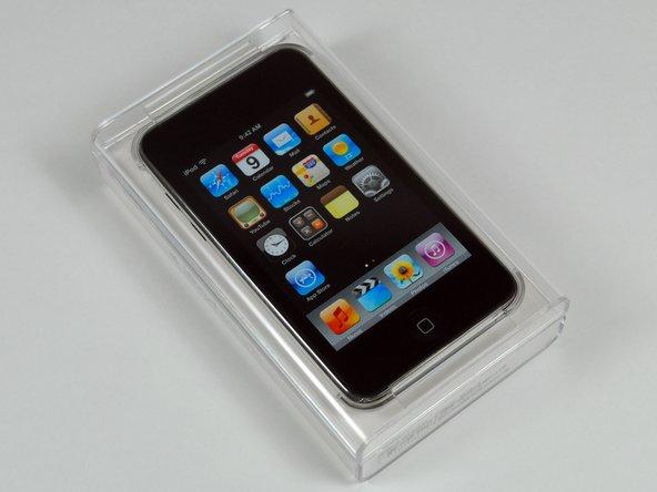 新的iPod touch包装在一个更小的、透明的塑料盒子里。