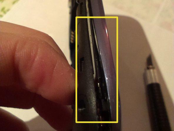 Trenne mit einem Pick oder einem flachen Schraubendreher das vordere vom hinteren Gehäuseteil.
