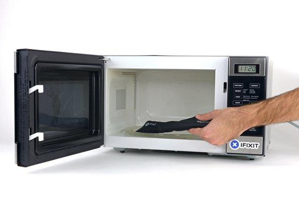 Wir empfehlen die Mikrowelle vor dem Gebrauch zu reinigen, da sonst Essensreste oder Ähnliches am iOpener hängenbleiben können.