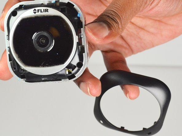 Retirez le revêtement noir de sorte que l'objectif carré de la caméra soit complètement exposé.