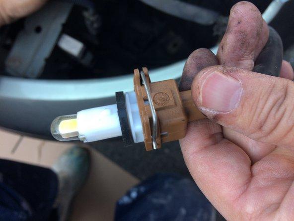 Faites pivoter d'un quart de tour (sens anti-horaire) le connecteur de l'ampoule de position.