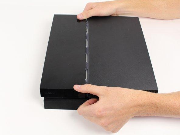 首先断开设备电源并将电源线拔出。向左滑动硬盘盖(顶部左侧部分)。