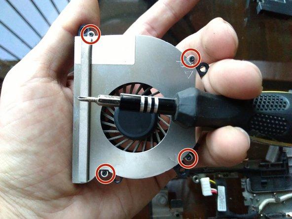 usa un destornillador phillips #000 para remover los 4 tornillos que cierran la carcasa del ventilador