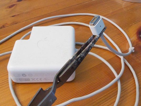 Cómo Reparar la Conexión Magnética de un Cargador MagSafe de Apple
