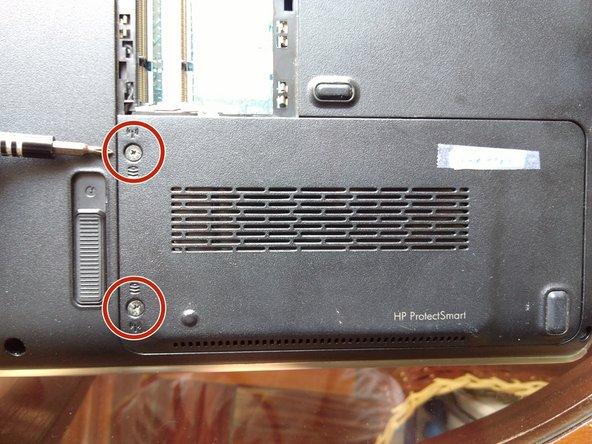 remueve los 2 tornillos phillips #00 que cubre la tapa del disco duro y tarjeta wi-fi