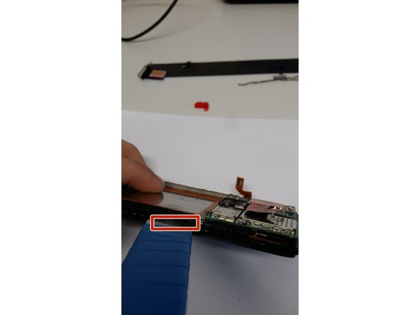 Er kunnen tijdens deze stap misschien een paar onderdelen uit hun plek vallen , zoals de speaker of de simkaart cover. deze kan je makkelijk terug plaatsen door het moederbord beetje omhoog te doen.