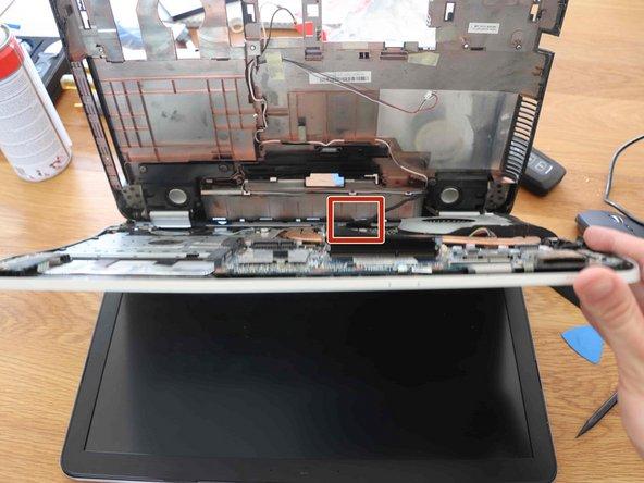 Open de toetsenbordzijde van de laptop terwijl je het aluminium deel vasthoudt.