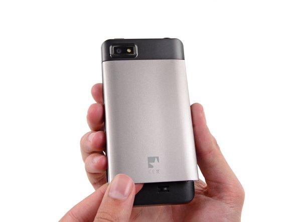 Faites glisser la coque arrière vers le bas et ôtez-la du téléphone.