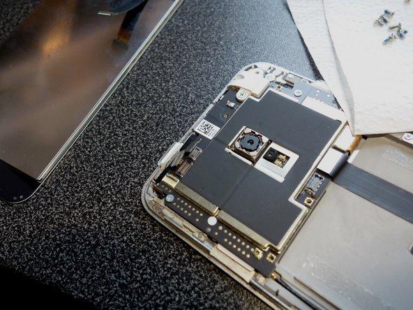 拔掉所有的连接到主板的连接线,包括两个天线角落里的小平带有点棘手,你必须切换连接器的黑色部分,而不是像我之前看到的其他类似的白色。