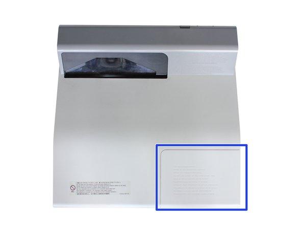 Panel akses lampu proyektor berada di kanan belakang proyektor (ke arah smart board).
