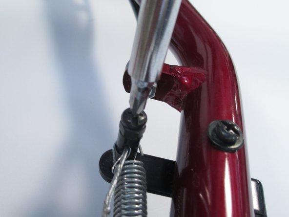 Localiza el tornillo que sujeta el cable a la zapata de freno.
