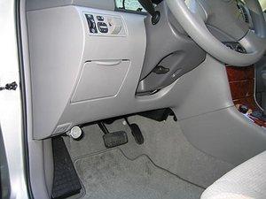 2003-2008 Toyota Corollaのヒューズボックスを見つける
