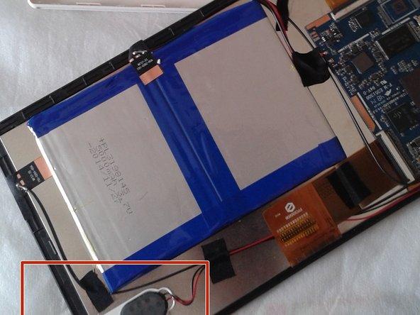 el altavoz de nuestra tablet va atornillado junto al chasis del táctil, debemos soltar el tornillo y colocarlo en un sitio visible, el altavoz permanecerá con cinta adhesiva junto a la bateria
