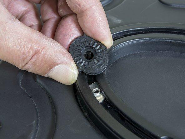 Das ovale schwarze Plättchen auf die Führungsschiene auf Höhe der silbernen Gewindeplatte setzen.