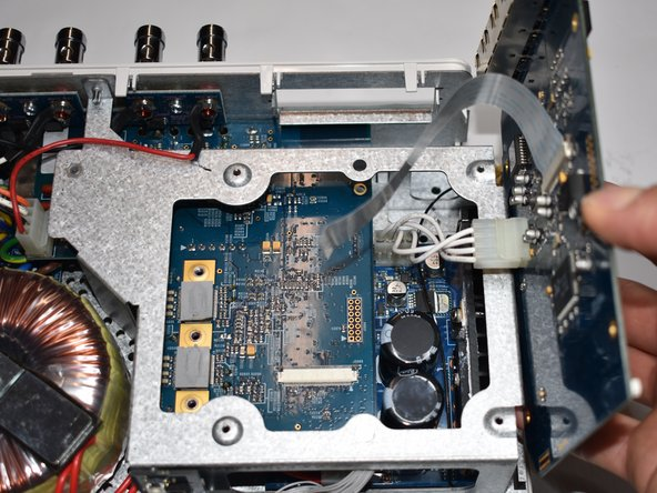 Drehe die Netzwerkkarte nun zur Seite um leichter an den nächsten Stecker zu kommen.