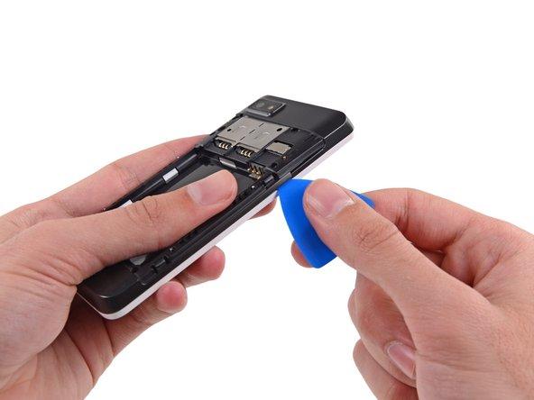 Le châssis central est fixé à l'écran complet par plusieurs petits clips en plastique.