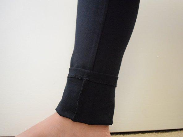 Indossa i pantaloni e piega l'orlo fino a ottenere la lunghezza desiderata.