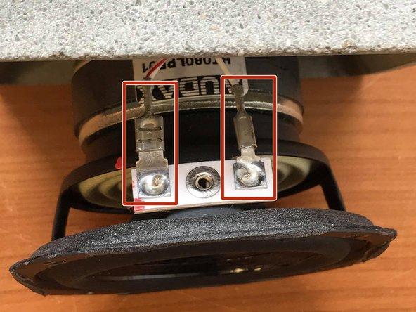 Tirer le haut-parleur en dehors de la coque en béton afin de rendre accessible les connectiques.