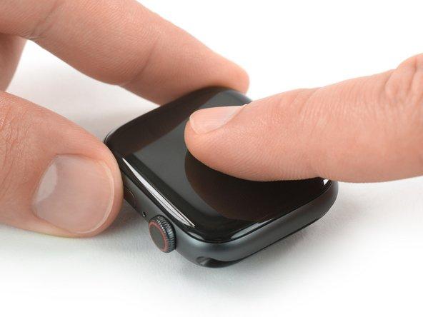 スクリーンの位置を揃えて、接着剤をしっかりと押さえます。