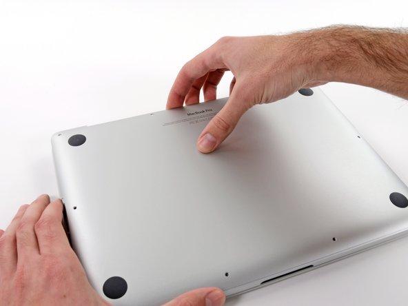 将手指伸入顶盖和背盖之间。