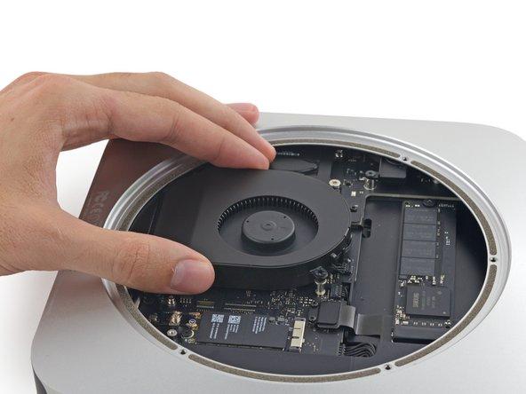 Le connecteur du ventilateur est bloqué sous le bord du ventilateur, et ne peut pas être déconnecté tant que le ventilateur n'est pas déplacé.