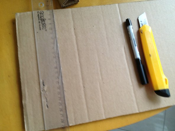 Mark up 4 lines of 4cm each on the cardboard.