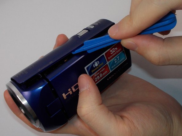Use the plastic opening tool to loosen the plastic case of the camcorder.