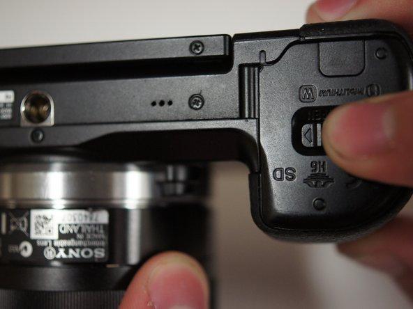 翻转相机,使电源开关指向下。