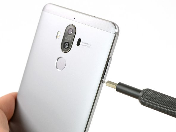 The first steps of the disassembly are rather unexciting, but give us a little more time to admire the sleek design of the Mate 9.