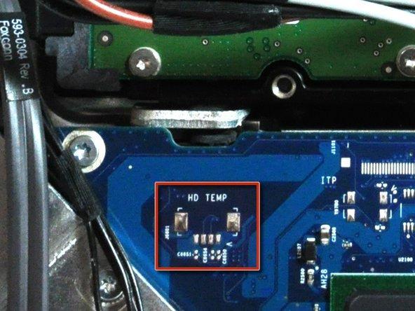 Un capteur thermique de disque dur peut être présent sur certains modèles. Si votre carte mère ne comporte pas cette prise  de capteur thermique de disque dur (entourée en rouge sur la première image), ignorez cette étape.
