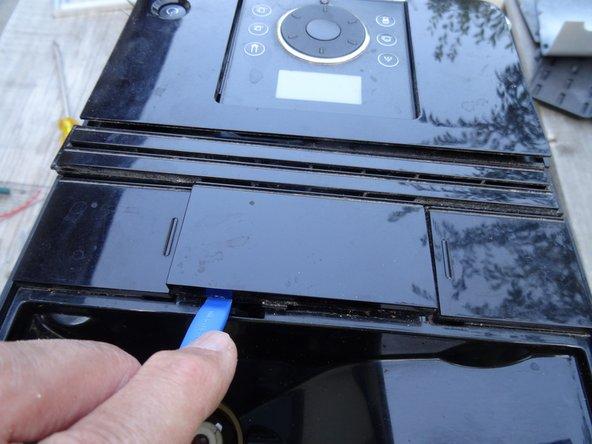 Zuerst müssen die Abdeckungen oben gelöst werden. Danach können die Seitenteile nach hinten geschoben werden. Der Vorgang ist etwas knifflig.