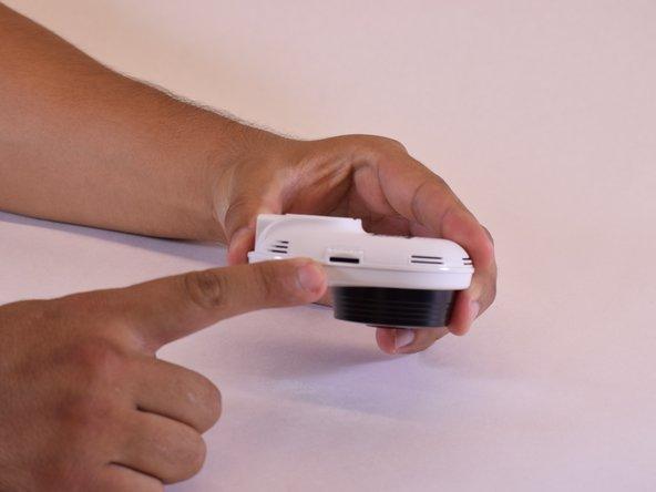 Sur le côté gauche de votre SmartCam, il y a une fente sur laquelle vous pouvez appuyer pour libérer votre ancienne carte microSD.