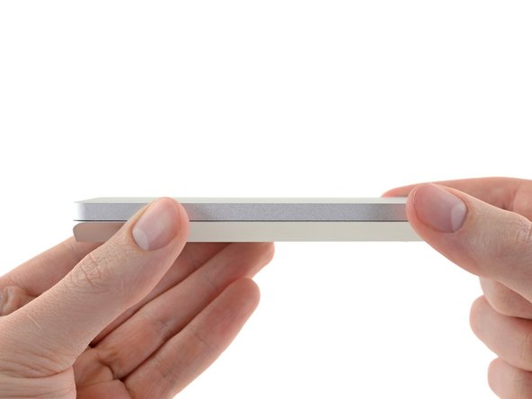 Per aprire la custodia, fai scorrere la metà superiore verso l'estremità arrotondata e sollevala dalla metà inferiore.