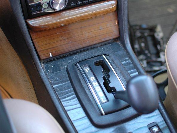 Con el automóvil apagado, active el freno de estacionamiento. Si no lo hace, podría ser peligroso, ya que necesita mover la palanca de cambios hacia atras para continuar con esta guía.