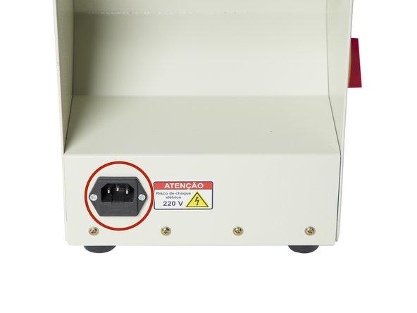 O primeiro Passo é conectar o cabo de força na maquina e em uma tomada 220 Volts.