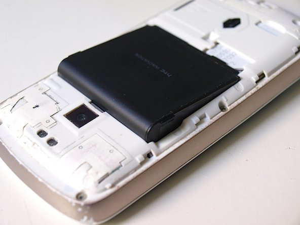 Take out the battery using the two tabs at the upper right and upper left corner of the battery.