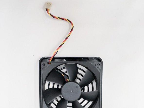 Une fois la façade retirée, retirer le connecteur du ventilateur de la carte mère.