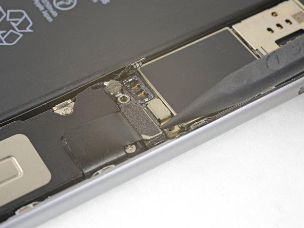 Usa l'estremità a punta di uno spudger per sollevare e scollegare dalla scheda logica il cavo del connettore Lightning.