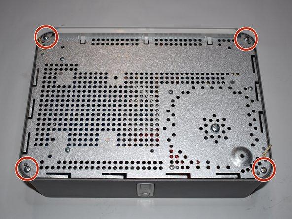 Entferne die vier 10 mm Kreuzschlitzschrauben auf der Unterseite.