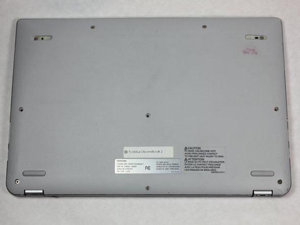 Cierra la Toshiba Chromebook 2 y dale la vuelta de forma que la parte inferior de la computadora portátil esté orientada hacia ti con las letras de la parte inferior hacia la derecha.