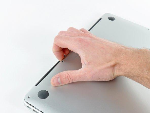 Zwänge deine Finger zwischen Display und Gehäuseunterteil und ziehe es nach oben, so dass sich das Gehäuseunterteil vom Air löst.
