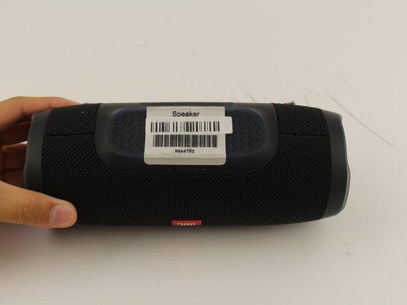 Gira sottosopra il tuo speaker ed inserisci lo strumento di appertura di plastica verticalmente nella fessura sulla cover frontale.